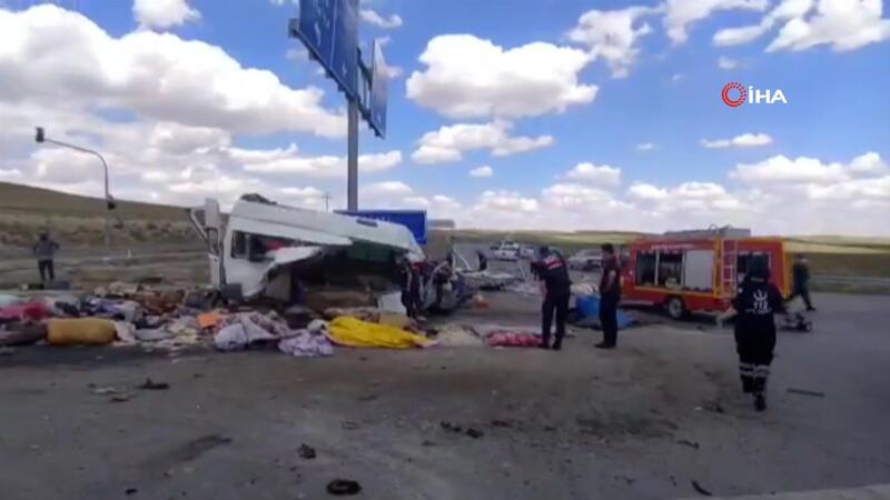 Son dakika haberler: Konya'da minibüs ile tır çarpıştı: 6 ölü