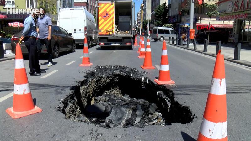 Sultangazi'de yol çöktü; sürücüler zor anlar yaşadı