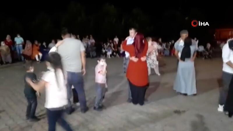 Bartın'daki köy düğününde sosyal mesafe hiçe sayıldı