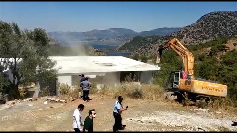 Muğla'da kaçak villaların yıkımı devam ediyor