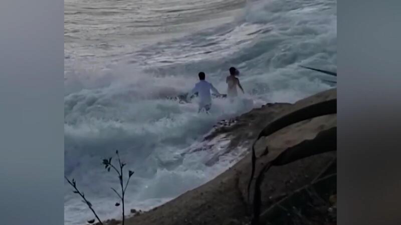 ABD'de düğün fotoğrafı çektiren çift dalgalara kapıldı