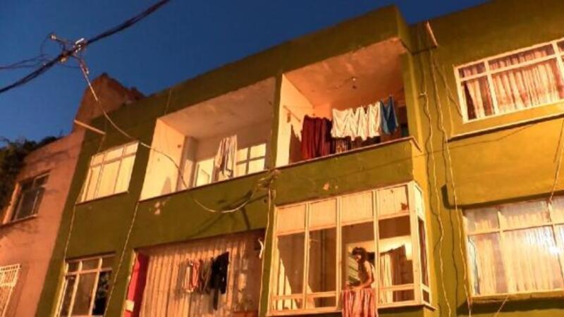Bağcılar'da iki katlı binanın merdivenleri çöktü