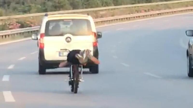 Trafikte tepki çeken olay! Motosikleti yüzüstü yatarak kullandı