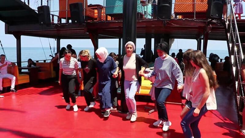 Gezi teknesinde sosyal mesafe hiçe sayıldı