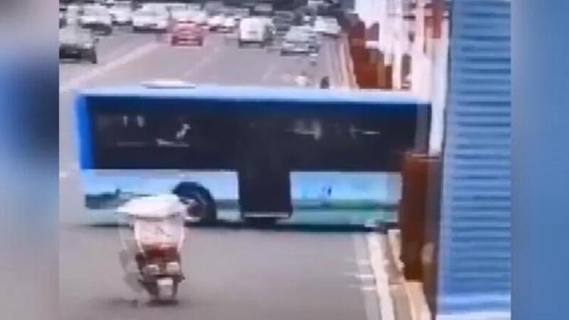 Çin'de öğrenci taşıyan otobüs su kanalına böyle uçtu
