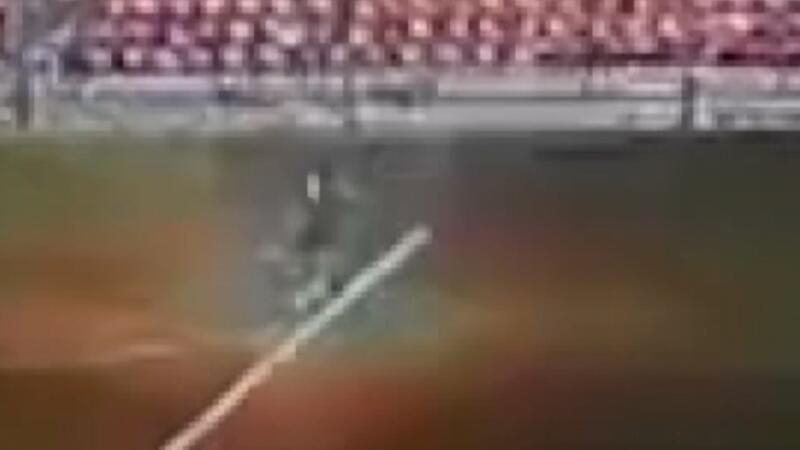 Rusya'da sahaya düşen yıldırım futbolcuya çarptığı anlar kamerada