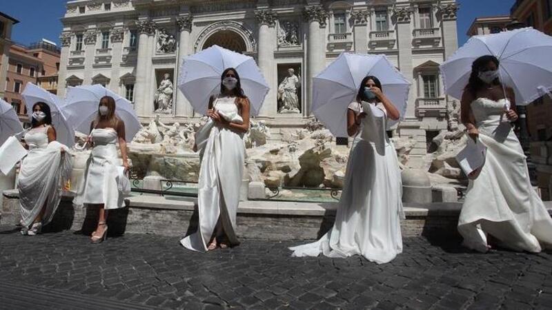 İtalya'da gelin adayları Covid-19 kısıtlamalarını protesto etti