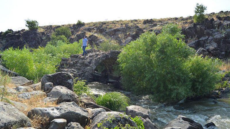 2 bin yıllık taş köprü turizme kazandırılmayı bekliyor