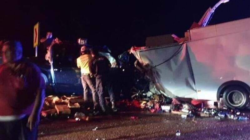 Antalya-Konya yolunda iki kamyonet kafa kafaya çarpıştı