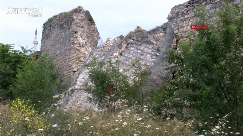 Fatih'te tarihi surların bir bölümünde çökme meydana geldi.