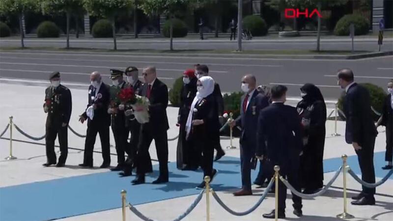 Darbeye direnişin 4. yılı... Cumhurbaşkanı Erdoğan çelenk bıraktı