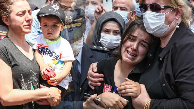 Şehit polis Erkan Gökteke'nin Bağcılar'daki evinin önünde helallik alındı