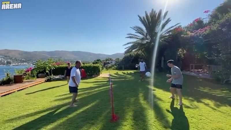 Fatih Terim, kızı ve arkadaşlarıyla ayak voleybolu oynarsa...