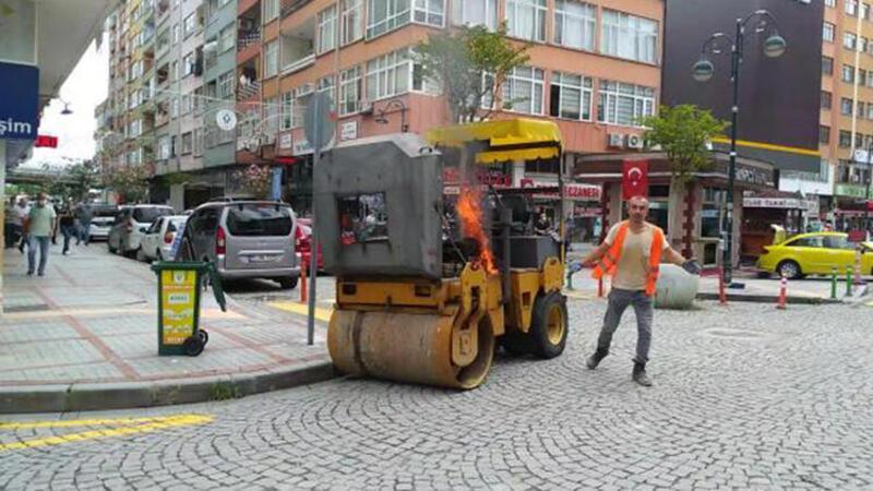 İş makinesi alev aldı, operatör yardım etmeyen sürücülere tepki gösterdi