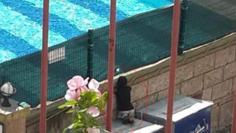 Görüntüleri yürek burkmuştu...  Havuzdaki çocukları izleyen çocuk, kardeşleriyle havuza götürüldü
