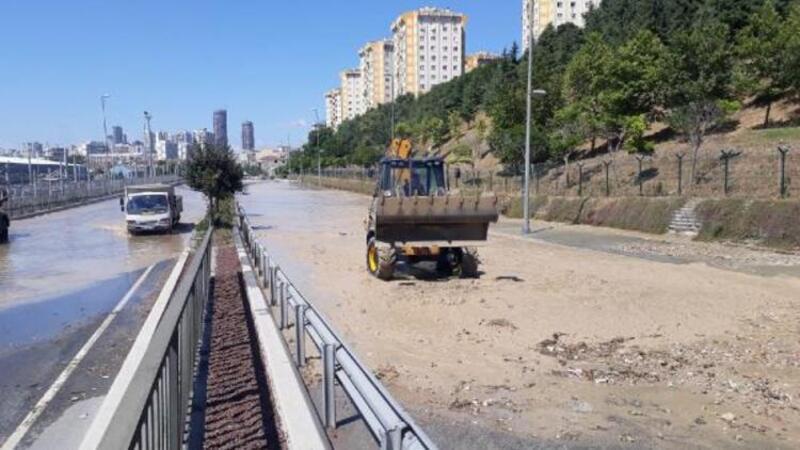 Halkalı'da su borusu patladı, cadde göle döndü