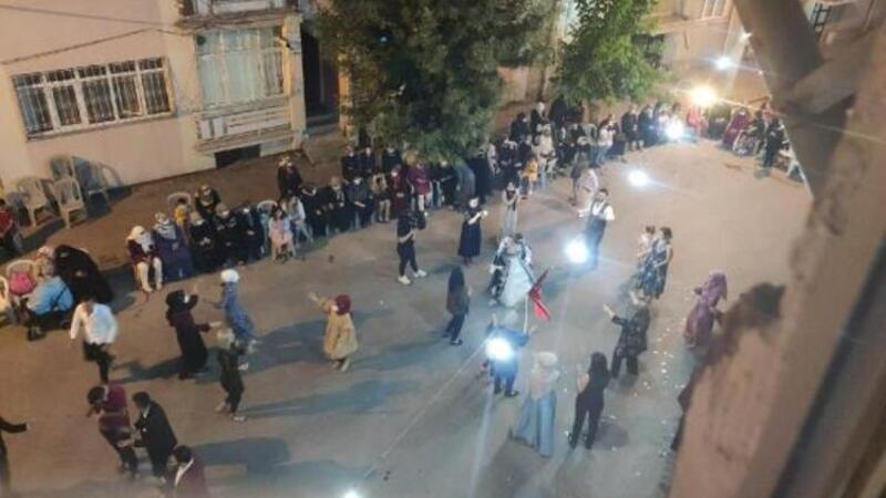 Sokak ortasında sosyal mesafesiz ve maskesiz kına gecesi