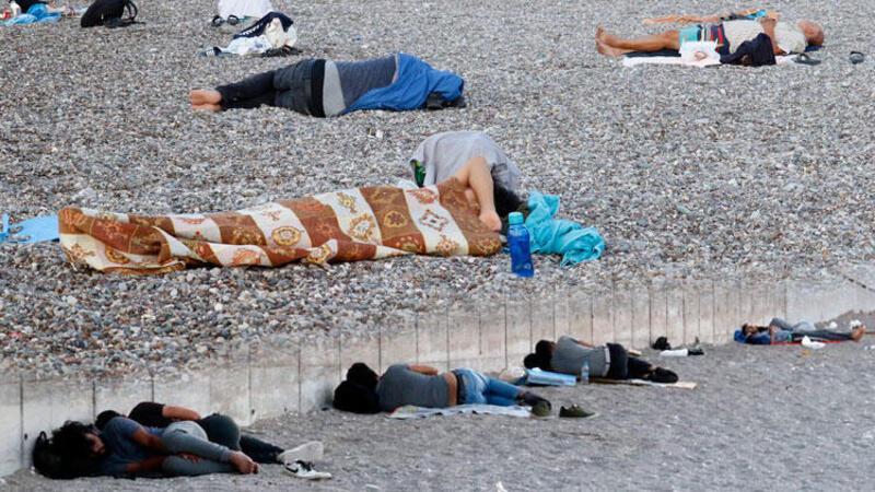 Konyaaltı Sahili'nde sabahlıyorlar