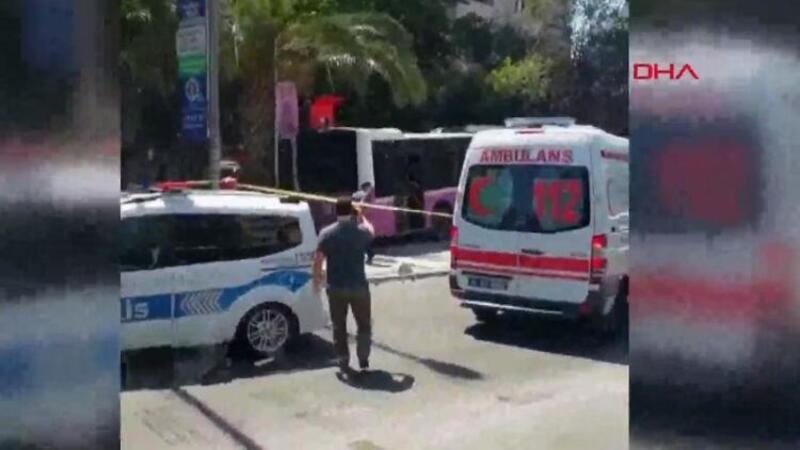 Son dakika haber... Kadıköy'de otobüs iş yerine daldı: Olay yeri ilk görüntüler