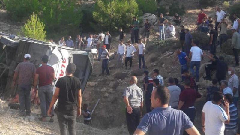 Son dakika... Mersin'de askerleri taşıyan otobüs devrildi