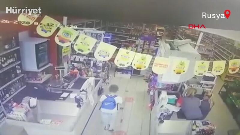 Rusya'da süpermarkete dalan cip, çocuğa böyle çarptı