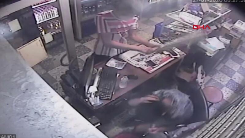 Büfede kalaslı saldırı kamerada