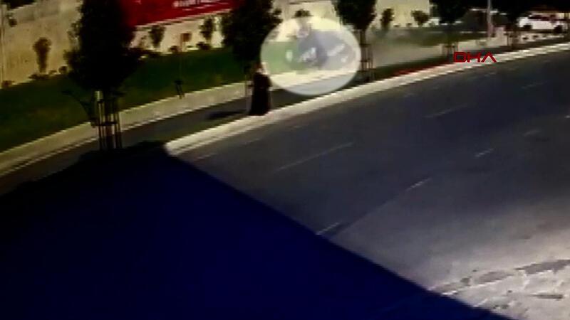 Sultangazi'de sürücünün takla atan otomobilden fırladığı anlar kamerada