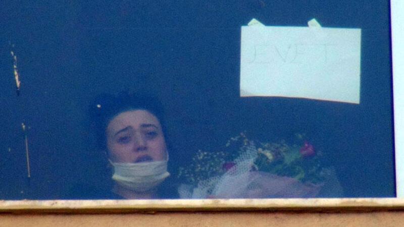 Koronavirüs tedavisi gören kız arkadaşına hastane önünde evlilik teklifi yaptı
