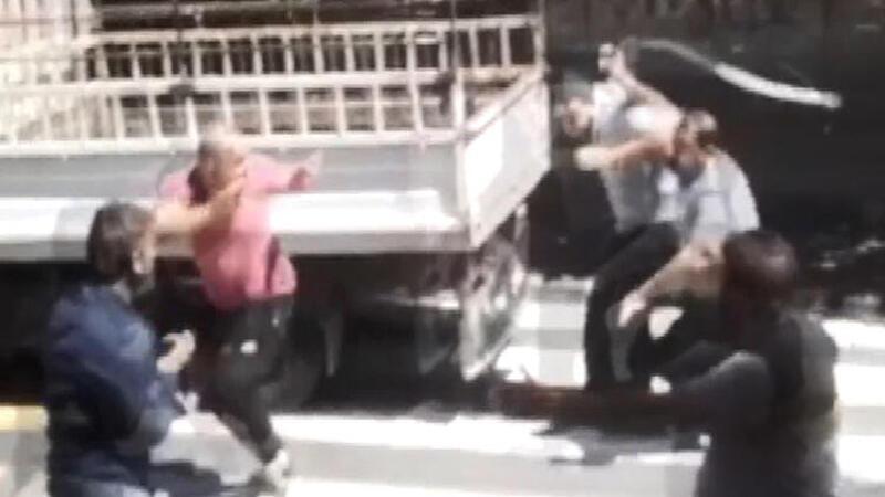 Küçükçekmece'de sopalı bıçaklı kavga anları kamerada
