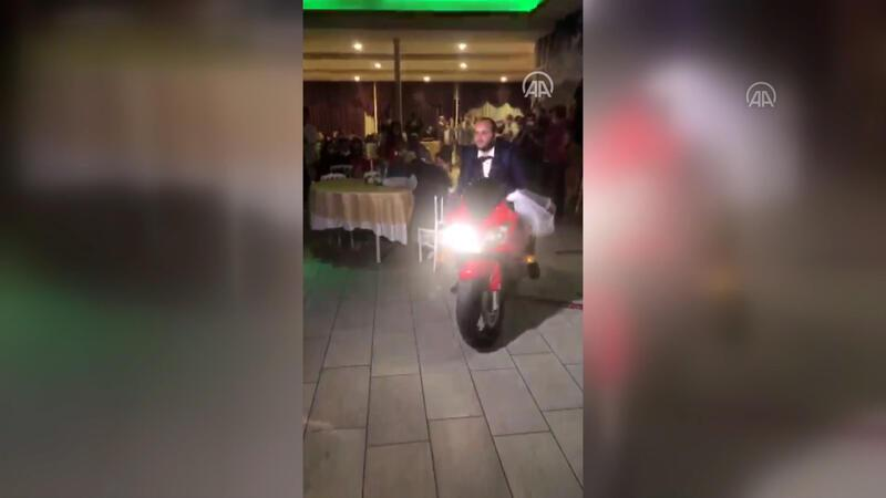 Damat düğün salonuna motosikletle giriş yaptı