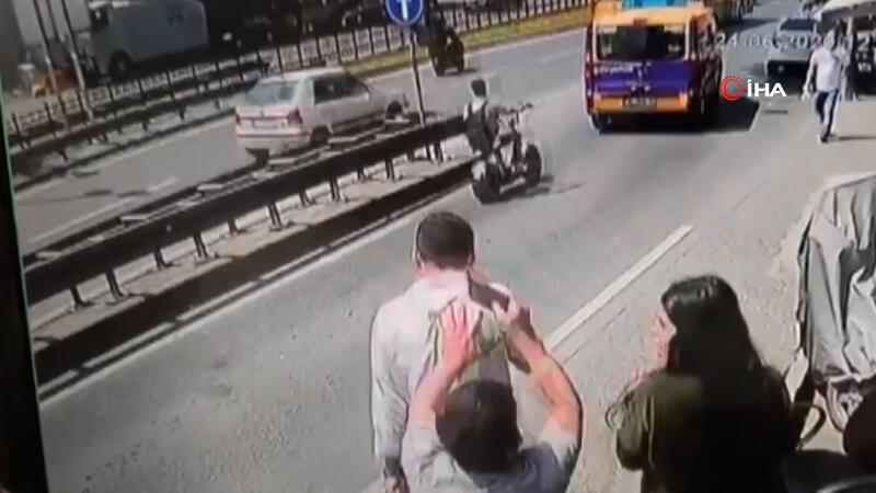Taksim'de telefonunu konuşurken kulağından çaldılar