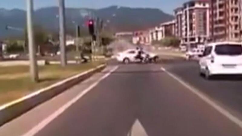 3 jandarmanın yaralandığı kaza anı araç kamerasına böyle yansıdı