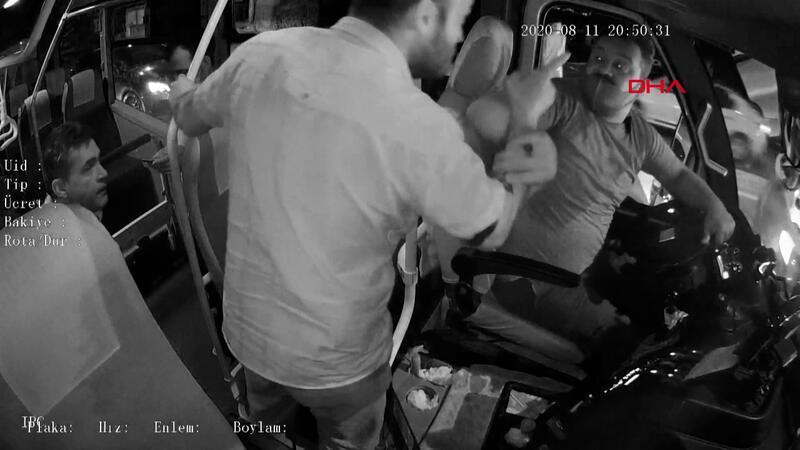 Özel halk minibüsü şoförü ve mahalle bekçisinin darp edilme anı kamerada