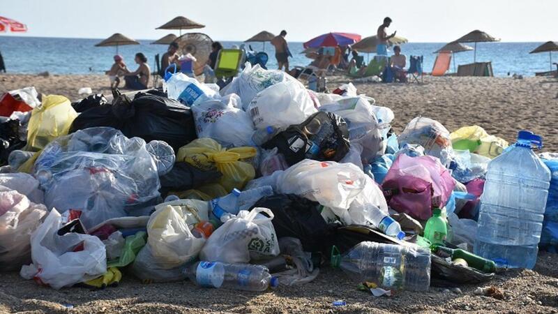 İtalyan Koyu tatilcilerin geride bıraktığı atıklarla çöplüğe döndü