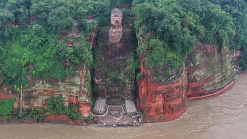 Çin'de sel suları dev Buda heykelinin ayaklarına ulaştı
