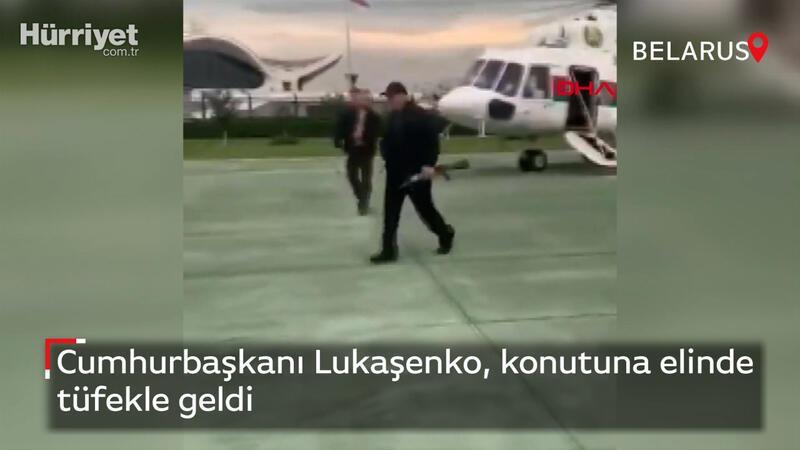Cumhurbaşkanı Lukaşenko, konutuna elinde tüfekle geldi