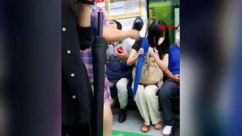 'Maske tak' uyarılarına öfkelendi, terlikle yolculara saldırdı