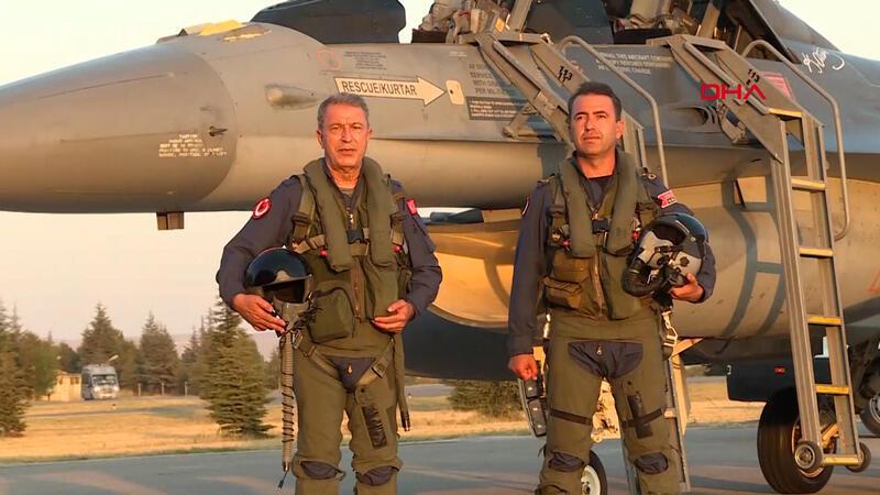Bakan Akar, yeni uçuş eğitim yılını Ege'nin kuzeyine yaptığı özel uçuşla açtı