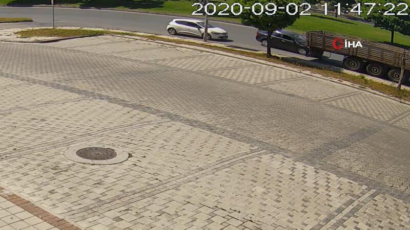 İstanbul'da feci kaza! Otomobil TIR'ın altına girdi