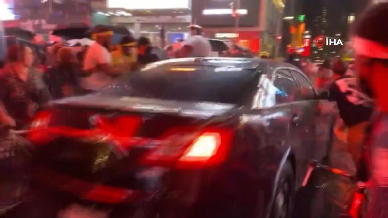 New York'ta bir kişi aracını protestocuların üzerine sürdü