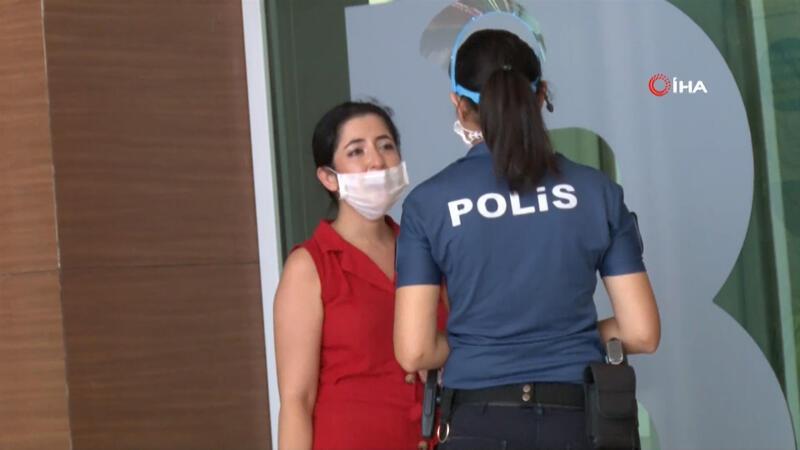 Sınavı 1 dakikayla kaçıran genç kız, yarım saat boyunca gözyaşı döktü