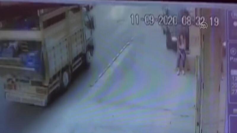 İzmir'de feci kaza! Dolmuş beklerken cehennemi yaşadı