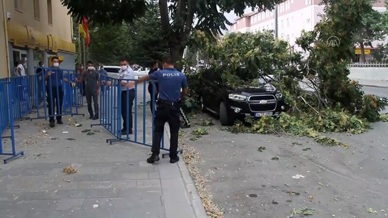 Erzincan'da fırtına çatıları uçurdu, ağaç dalları araçların üzerine düştü