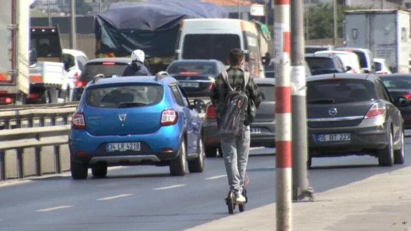 Elektrikli scooterlı gencin trafikte tehlikeli yolculuğu
