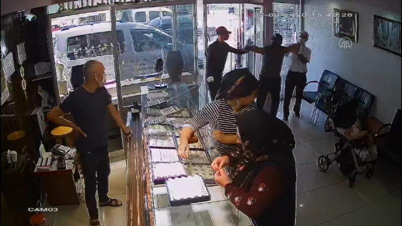 Adana'da kuyumcu soygunu kamerada
