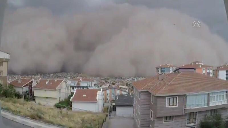 Son dakika... Ankara Polatlı'da toz bulutunun hızla ilerleme anı kamerada