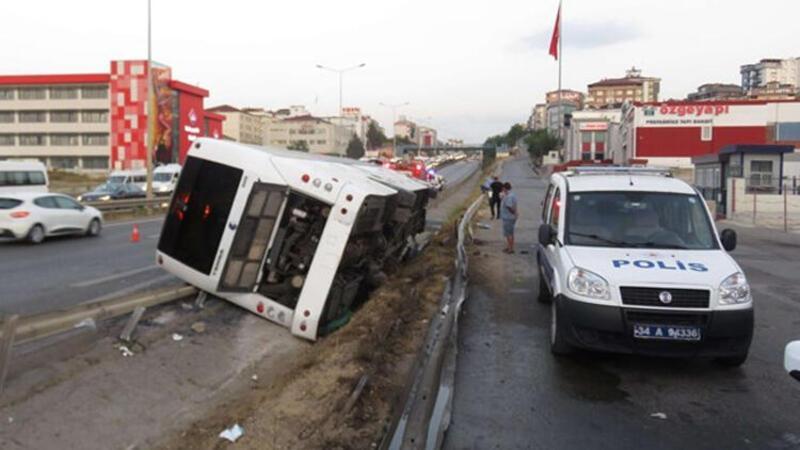 Pendik'te yolcu otobüsü yan yattı