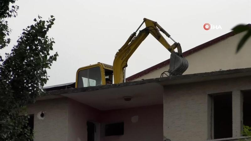Kars'ta ilginç görüntü... 5 katlı binanın üzerine yıkım için iş makinesi çıkarttılar