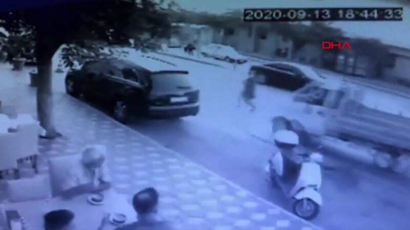 Yolun karşısına geçmek isterken araba çarptı!