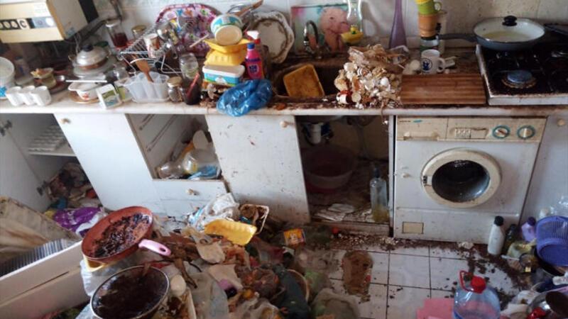Bursa'da 4 katlı evden 10 ton çöp çıktı